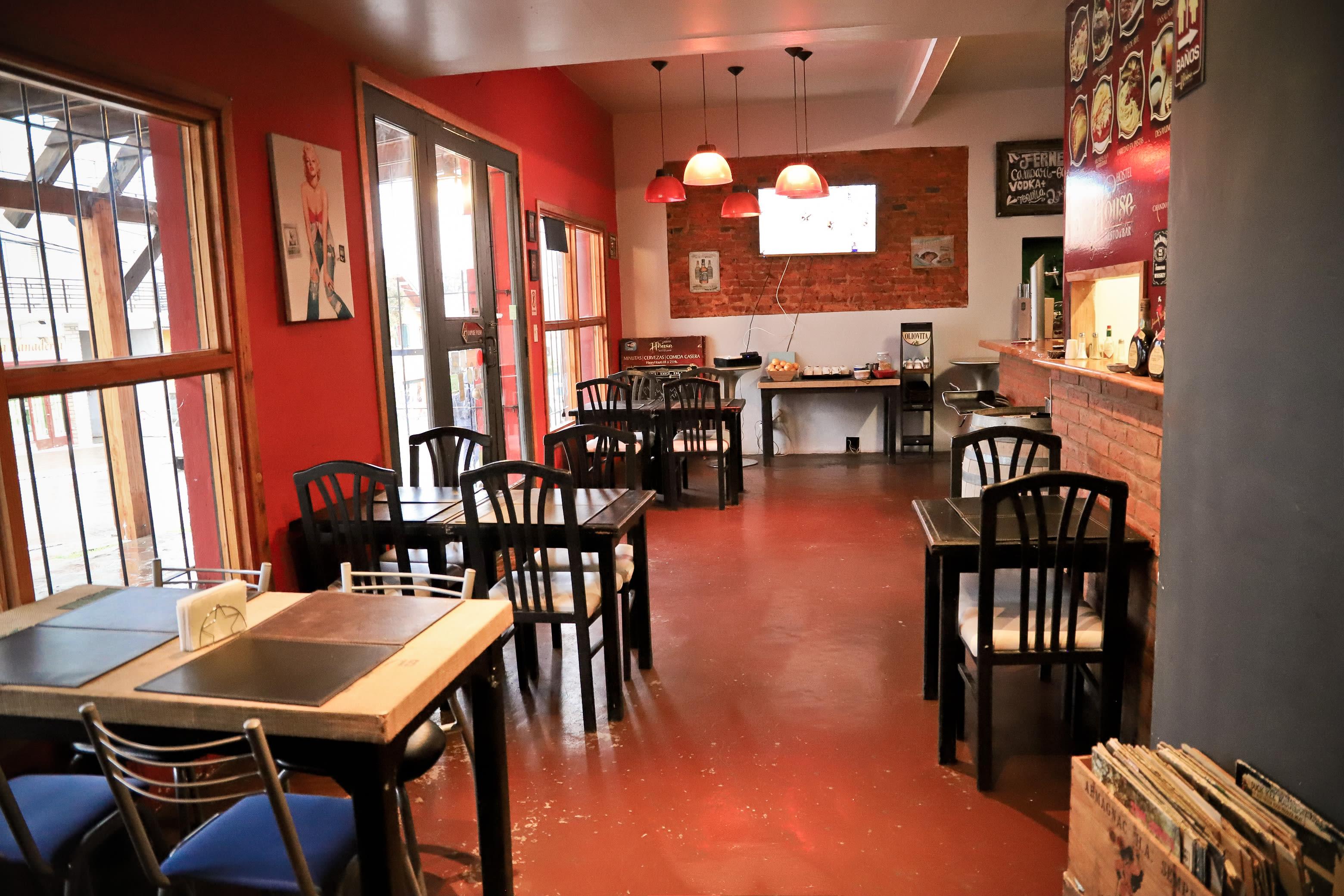 HOSTEL - The House Hostel Resto & Bar