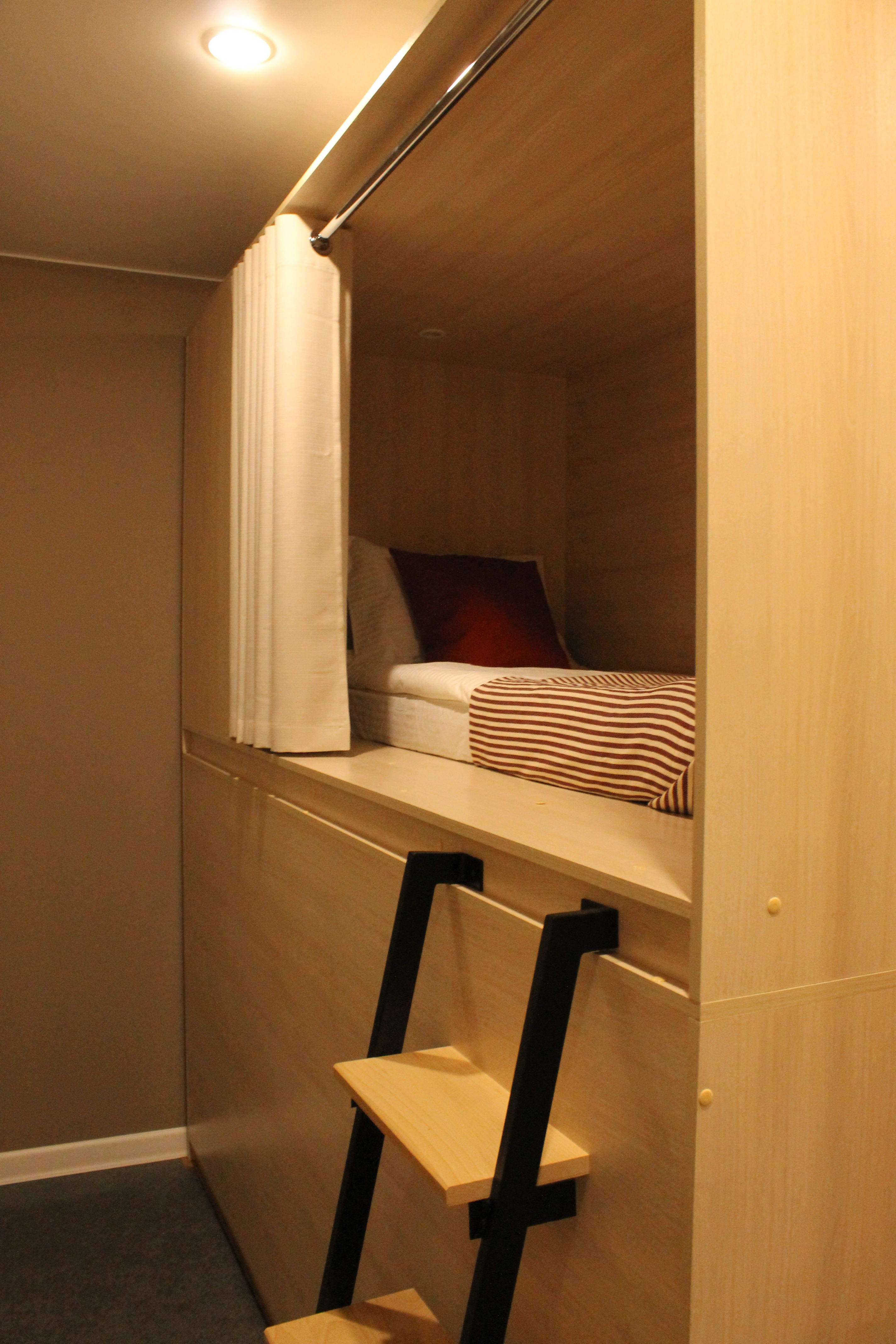 HOSTEL - Dad and Cat capsule hotel