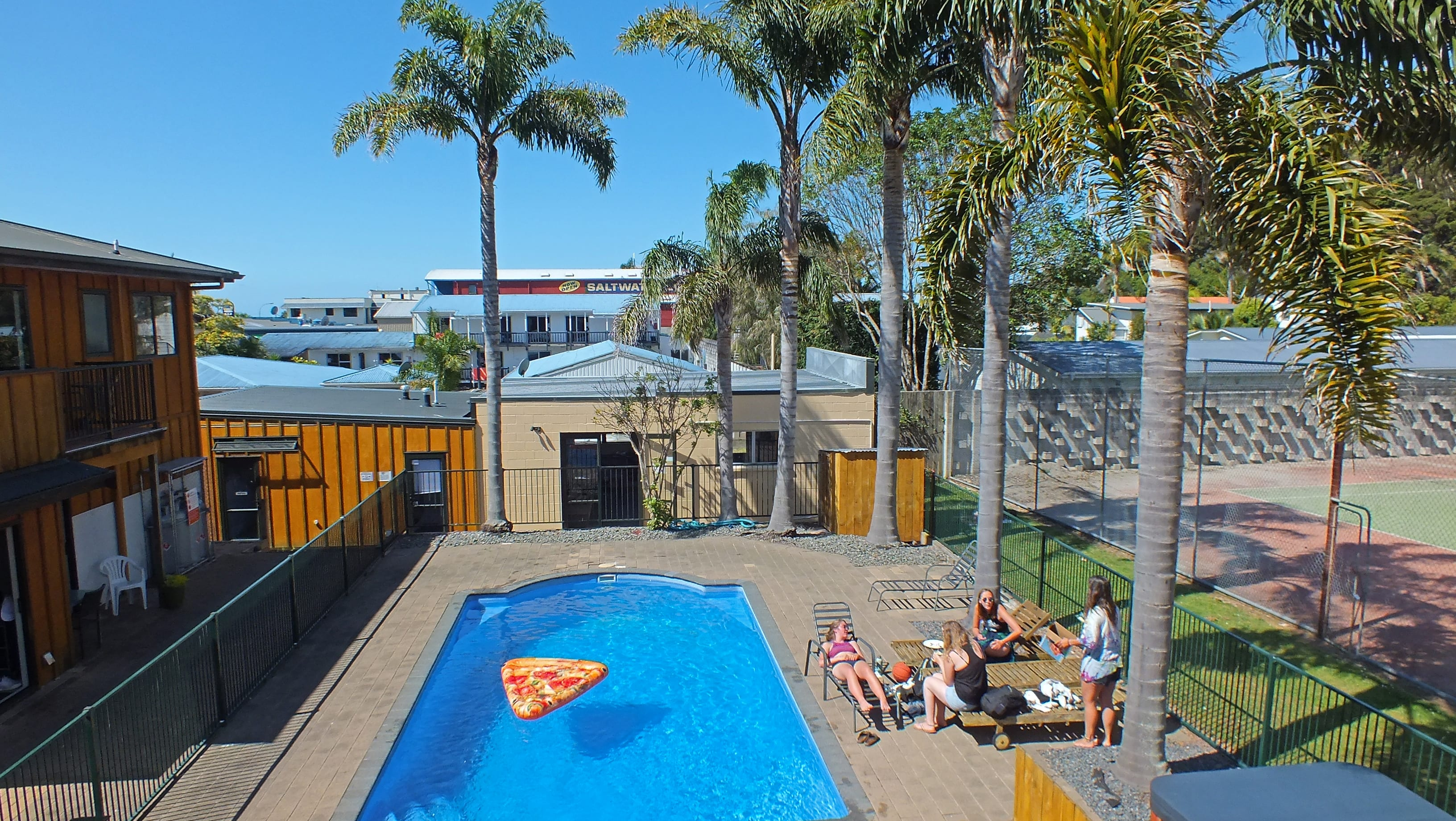 Bay Adventurer Apartments and Backpackers Resort