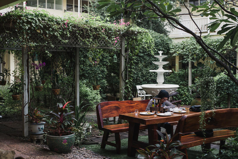 Feung Nakorn Balcony Rooms and Cafe