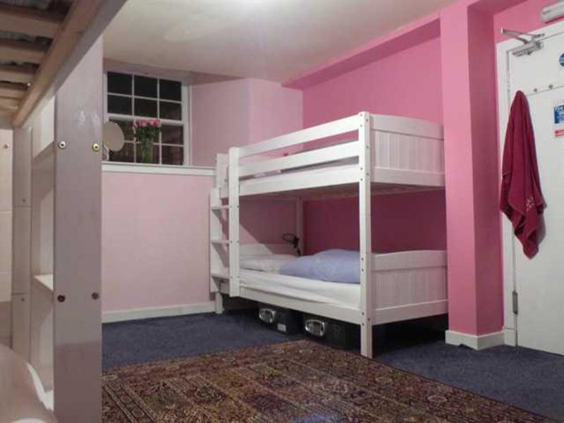ALLGIRLZ (female only hostel)