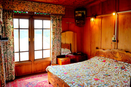 Fotky Golden Flower Heritage Houseboat