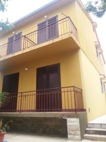 Billeder af Small Yellow House